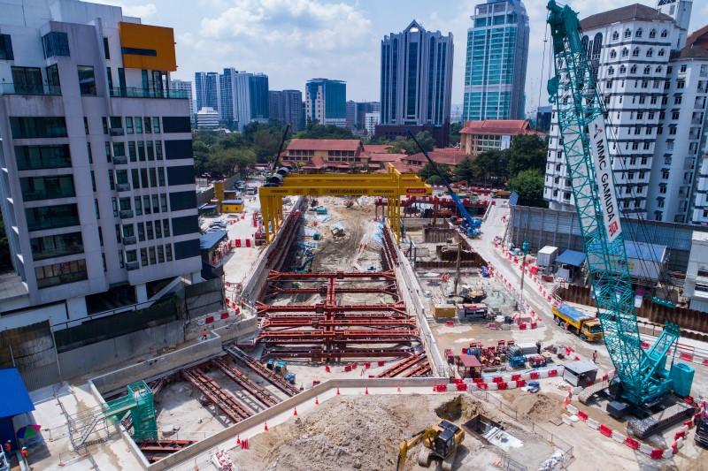 Pandangan udara tapak Stesen MRT Conlay menunjukkan kerja-kerja pemasangan topang, penggalian dan pengukuh tanah.