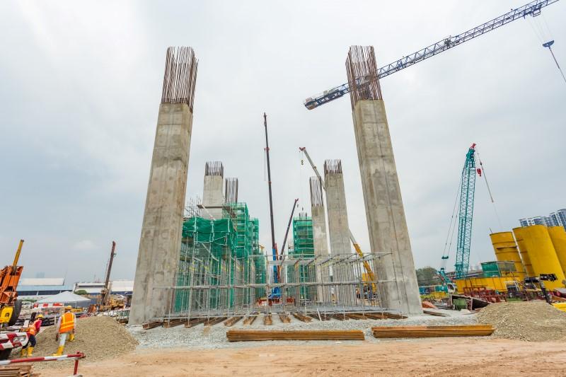 Pembinaan tiang dan kerja-kerja sistem penyokong di tapak Stesen MRT Kuchai Lama.