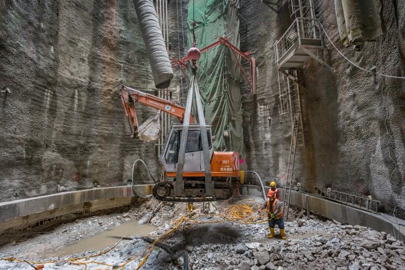 Mengangkat mesin penggali keluar dari kawasan pembinaan syaf di tapak Syaf Kecemasan 3.