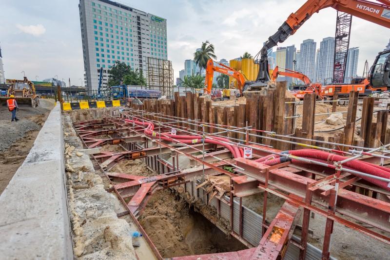 Kerja-kerja tupang untuk takungan hiliran Sungai Bunus di tapak Stesen MRT Kampung Baru North.
