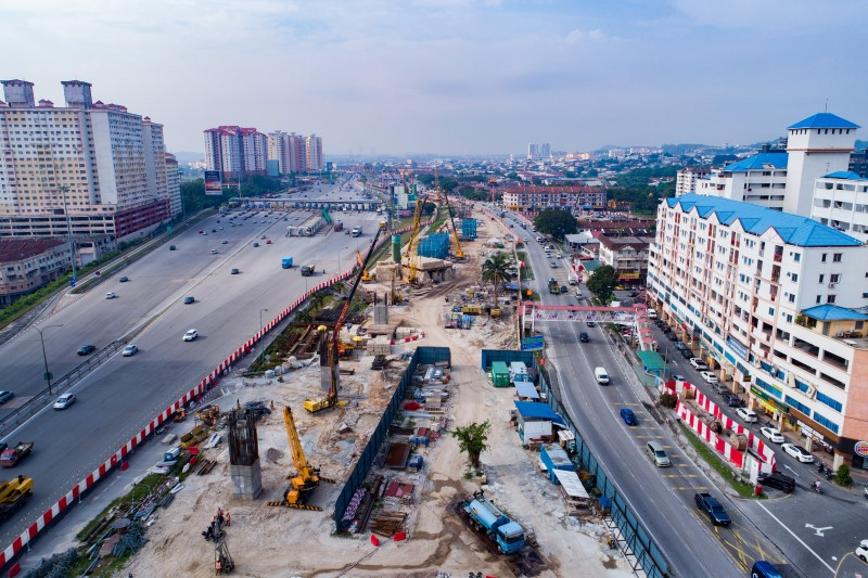 Pandangan pembinaan tiang di tapak Stesen MRT Serdang Raya North.