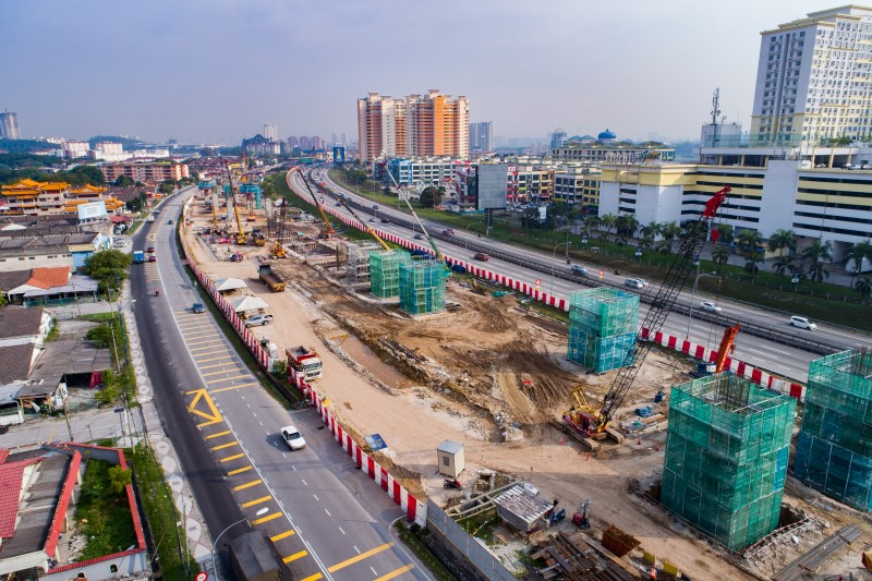 Pandangan udara pembinaan tiang stesen di tapak Stesen MRT Serdang Raya South.