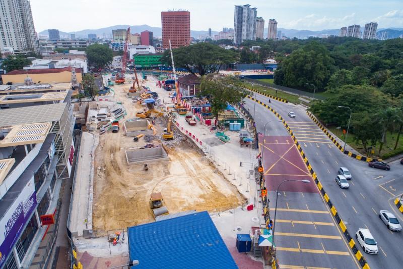 Pandangan atas rasuk atap yang telah dipenuhi dan pengurusan trafik di tapak pembinaan Stesen MRT Sentul West.