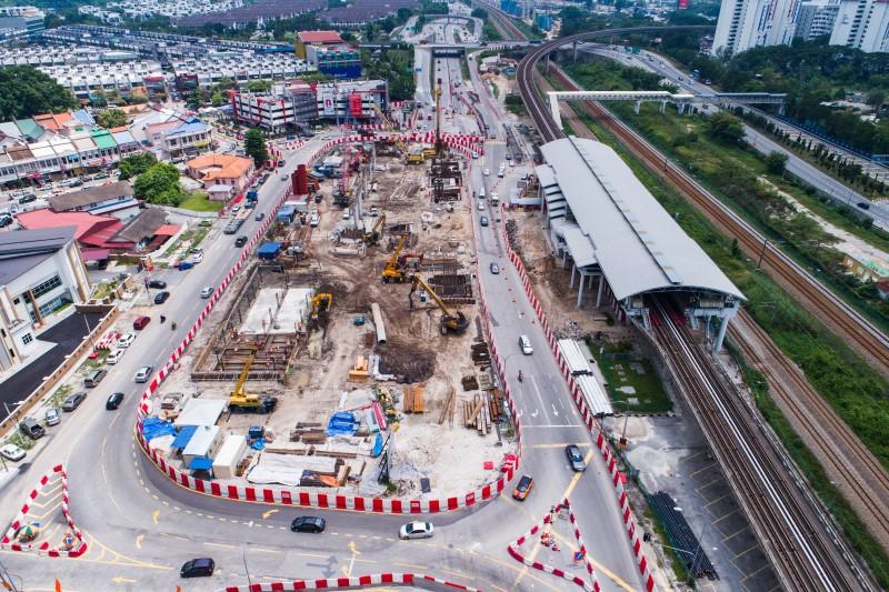 Pandangan udara kerja-kerja pembinaan dinding ricih, dinding perimeter, rasuk tanah dan tukup cerucuk untuk stesen di tapak Stesen MRT Sungai Besi.