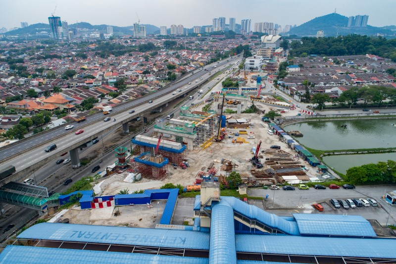 Pandangan udara kerja-kerja kepala tiang dan kepala sesilang stesen di tapak Stesen MRT Kepong Sentral.