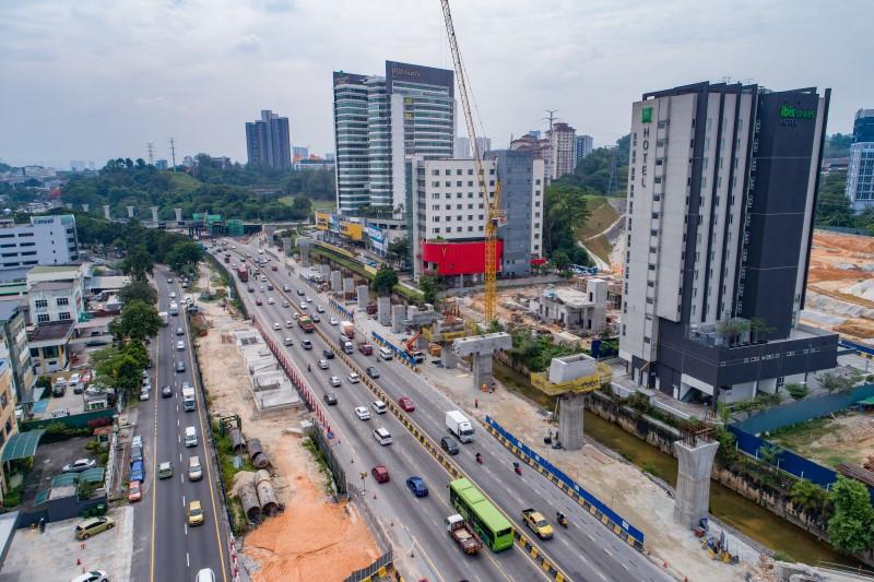 Pembinaan acuan segmen berbentuk T di tapak Stesen MRT Sri Damansara West.