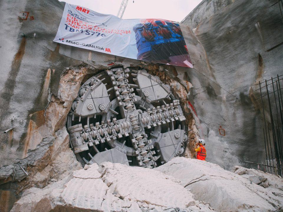 SELESAI: Pandangan dekat kepala pemotong Mesin Pengorek Terowong Pemboleh Ubah Ketumpatan yang telah menembusi dinding kekotak stesen.