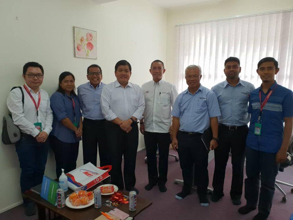 KUNJUNGAN HORMAT: Kumpulan dari Mass Rapid Transit Corporation Sdn Bhd dan MMC-Gamuda KVMRT (PDP) Sdn Bhd melawat YB Hee Loy Sian (keempat dari kiri)