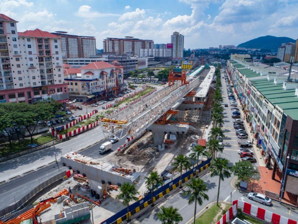 Pandangan udara kerja-kerja pelancar galang kekotak bersegmen untuk rentangan dan kerja-kerja tetap untuk saliran di tapak Stesen MRT Metro Prima.