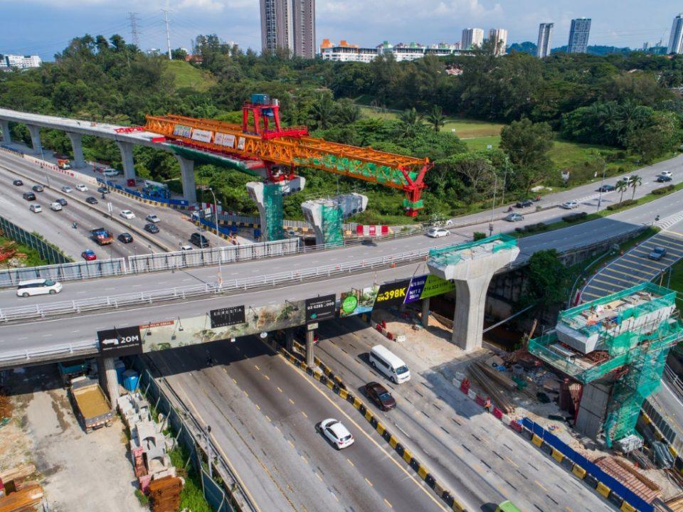 Pandangan udara kerja-kerja persiapan pelancar galang kekotak bersegmen di tanjakan bertingkat berhampiran tapak Stesen MRT Sri Damansara Barat