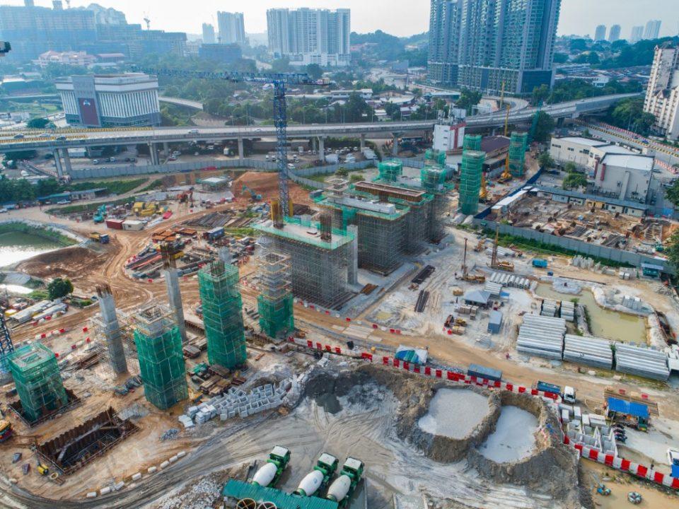 Pandangan dari atas pembinaan tiang, portal dan kepala tiang di tapak Stesen MRT Kuchai Lama.