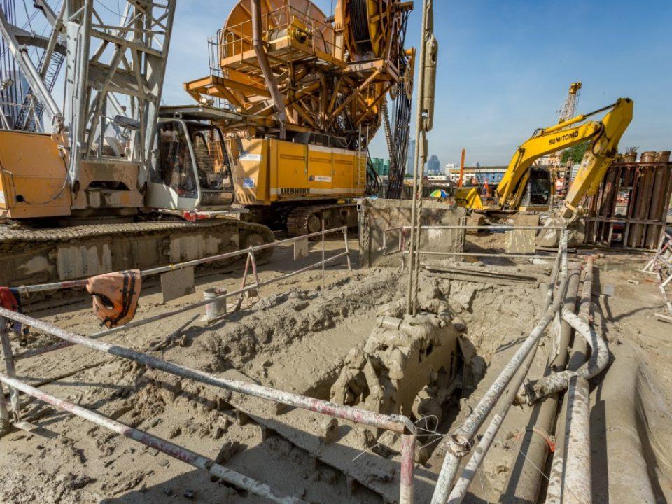Pembinaan dinding gegendang di tapak Stesen MRT Kampung Baru Utara.