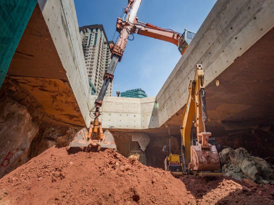 Kerja-kerja penggalian ruang legar atas bagi Stesen MRT Ampang Park.