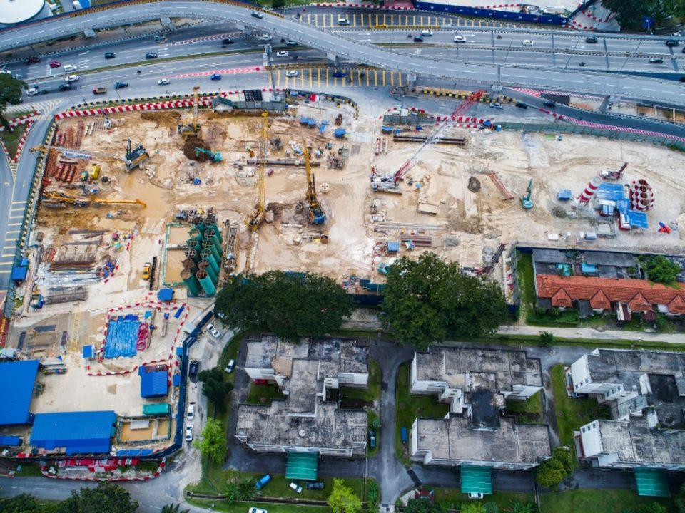 Pandangan dari udara tapak Stesen MRT Hospital Kuala Lumpur dengan kerja-kerja pembinaan dinding gegendang dan aktiviti-aktiviti campuran tanah basah.