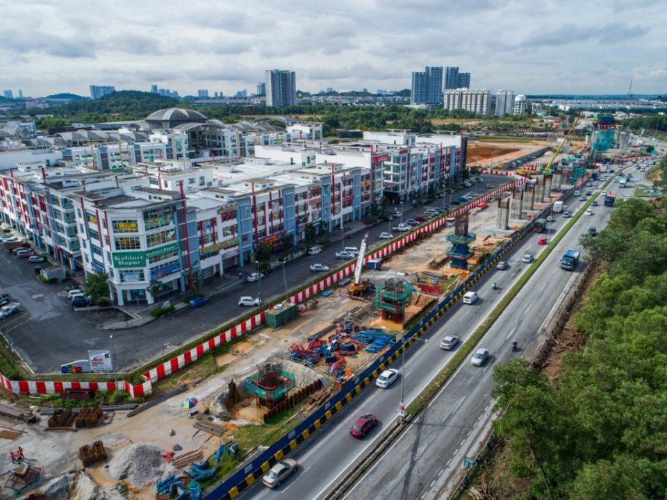 Pandangan udara pelancaran segmen pratuang berbentuk T dan pembinaan tiang di tapak Stesen MRT Taman Putra Permai.