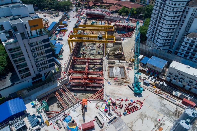 Pandangan udara kerja-kerja penggalian di tapak Stesen MRT Conlay