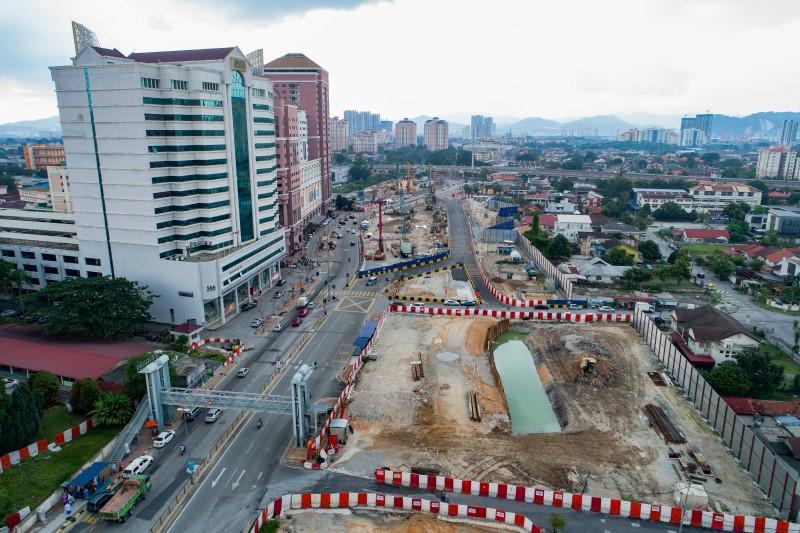 Pandangan udara kerja-kerja jalan raya untuk persiapan sub-gred di Jalan Ipoh