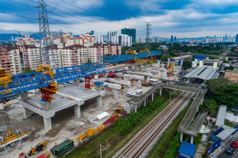 Kerja-kerja pembinaan galang kekotak bersegmen di tapak Stesen MRT Kampung Batu