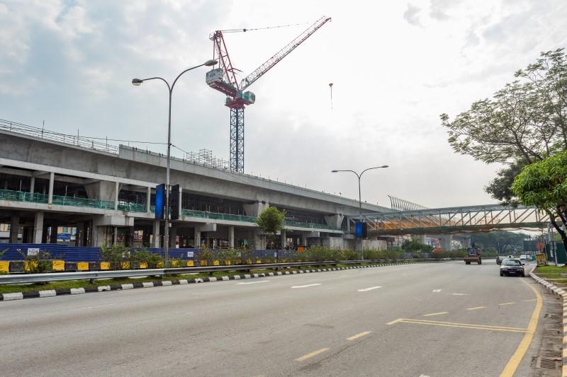 Dinding blok dan kerja-kerja seni bina di dalam kekotak stesen di tapak Stesen MRT Kepong Baru