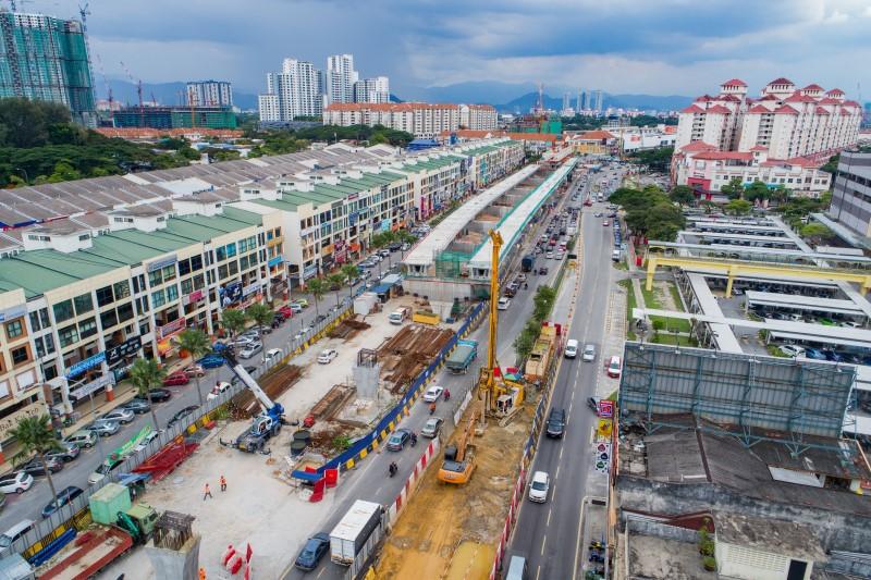 Pandangan udara kerja-kerja pembinaan cerucuk gerek di tapak Stesen MRT Metro Prima