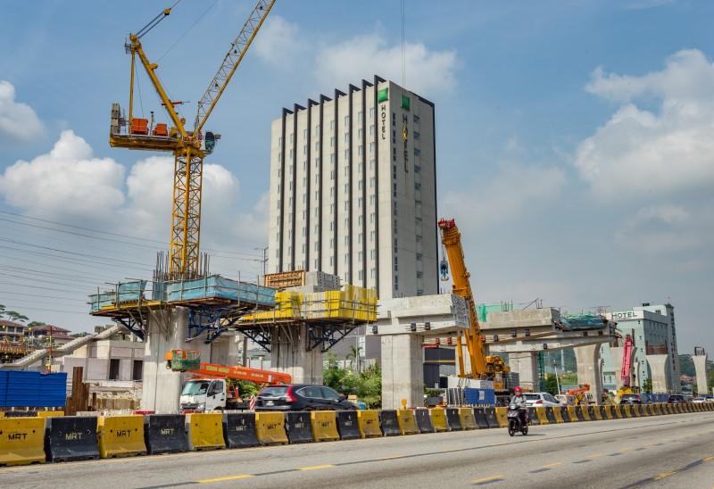 Persiapan pembinaan segmen pratuang berbentuk T di tapak Stesen MRT Sri Damansara West.