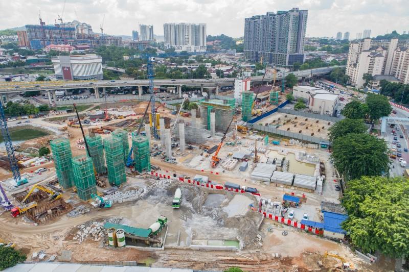 Pandangan udara pembinaan tiang, portal dan kepala tiang di tapak Stesen MRT Kuchai Lama