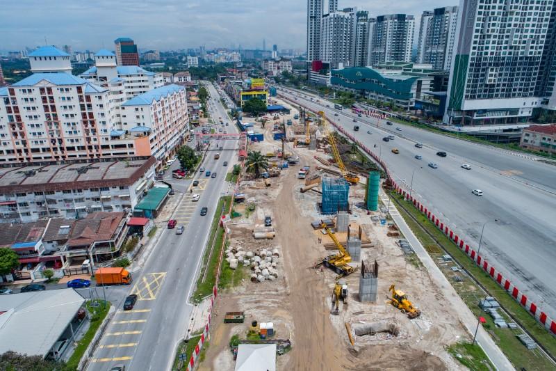 Pandangan udara kerja-kerja struktur untuk tukup cerucuk, tiang dan kepala tiang di tapak Stesen MRT Serdang Raya North