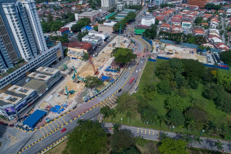 Pandangan udara aktiviti-aktiviti pelupusan tanah melalui pembukaan sementara di tapak Stesen MRT Sentul West