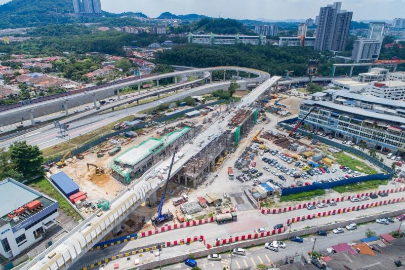 Pandangan udara kerja stesen dan pemasangan tiang penghadang bunyi di tapak Stesen MRT Sri Damansara East
