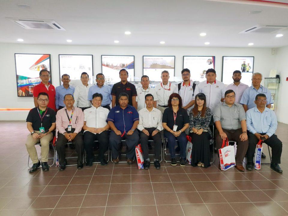 BERSAMA-SAMA: Gambar berkumpulan wakil-wakil dari pejabat Ahli-ahli Parlimen dan Dewan Bandaraya Kuala Lumpur bersama-sama para pegawai dari Mass Rapid Transit Corporation Sdn Bhd dan MMC-Gamuda KVMRT (PDP SSP) Sdn Bhd