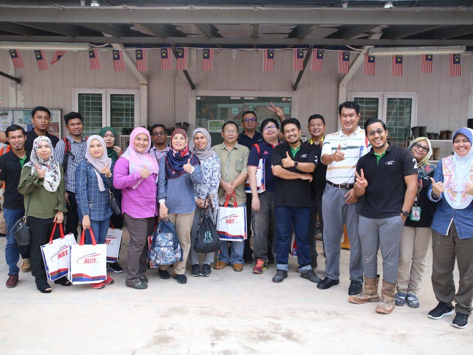 BERJAYA: Warga kerja dan perunding dari PLANMalaysia bergambar bersama dengan warga kerja Mass Rapid Transit Corporation Sdn Bhd semasa lawatan mereka ke tapak Stesen MRT Ampang Park.