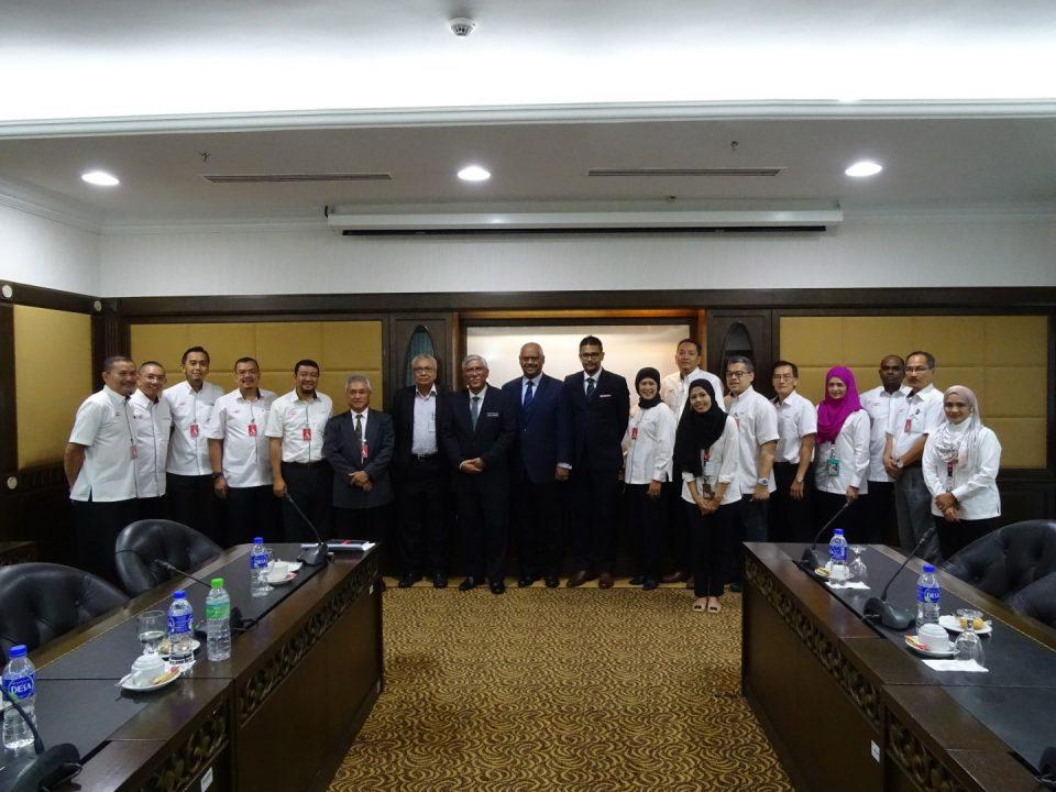 PENGHARGAAN: Ketua Pegawai Eksekutif Mass Rapid Transit Corporation Sdn Bhd Encik Abdul Yazid Kassim (kanan) menyampaikan token penghargaan kepada Ketua Pengarah Pusat Governans, Integriti dan Anti-Rasuah Nasional, Tan Sri Abu Kassim Mohamed
