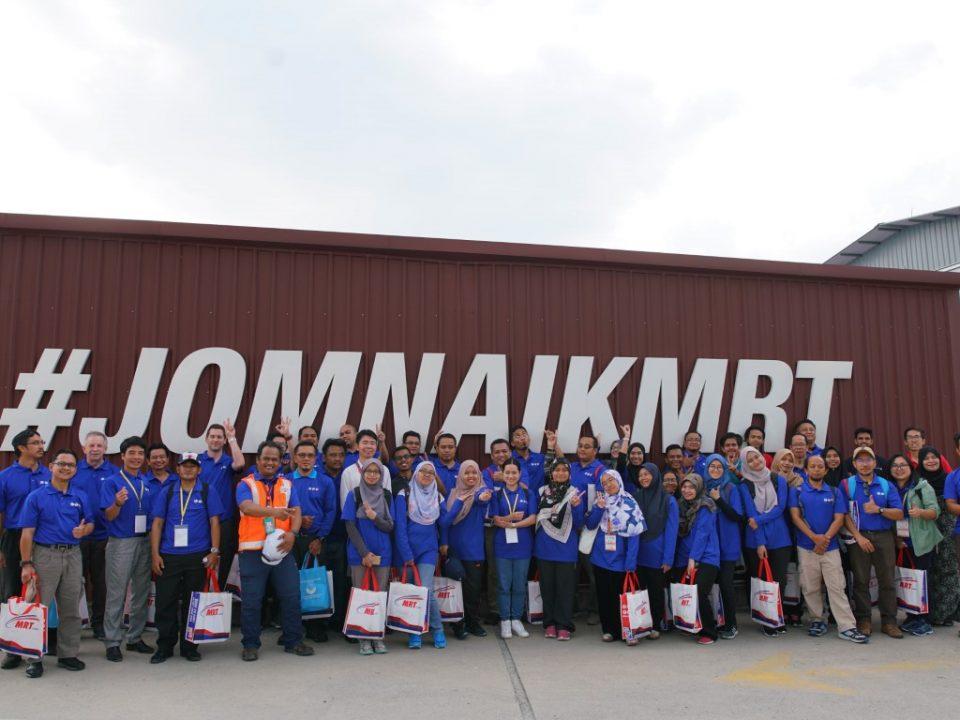 GAMBAR BERKUMPULAN: Para delegasi dari Bengkel Urban Geology 2019 berkumpul untuk gambar berkumpulan semasa lawatan mereka ke Pusat Informasi MRT Bandar Malaysia