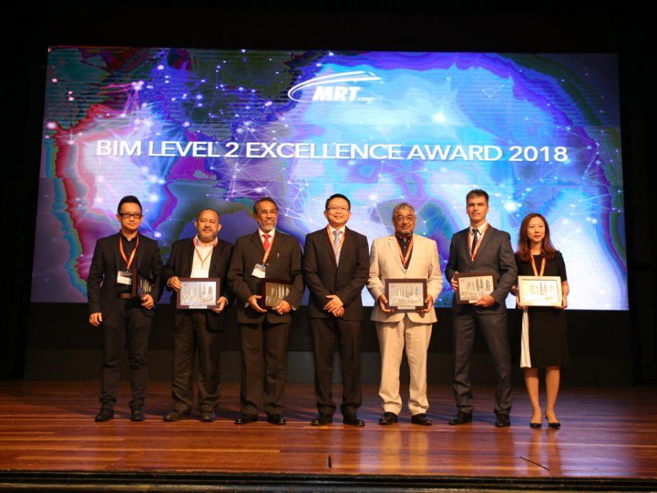Para pemenang Anugerah Kecemerlangan BIM Tahap 2 MRT Corp