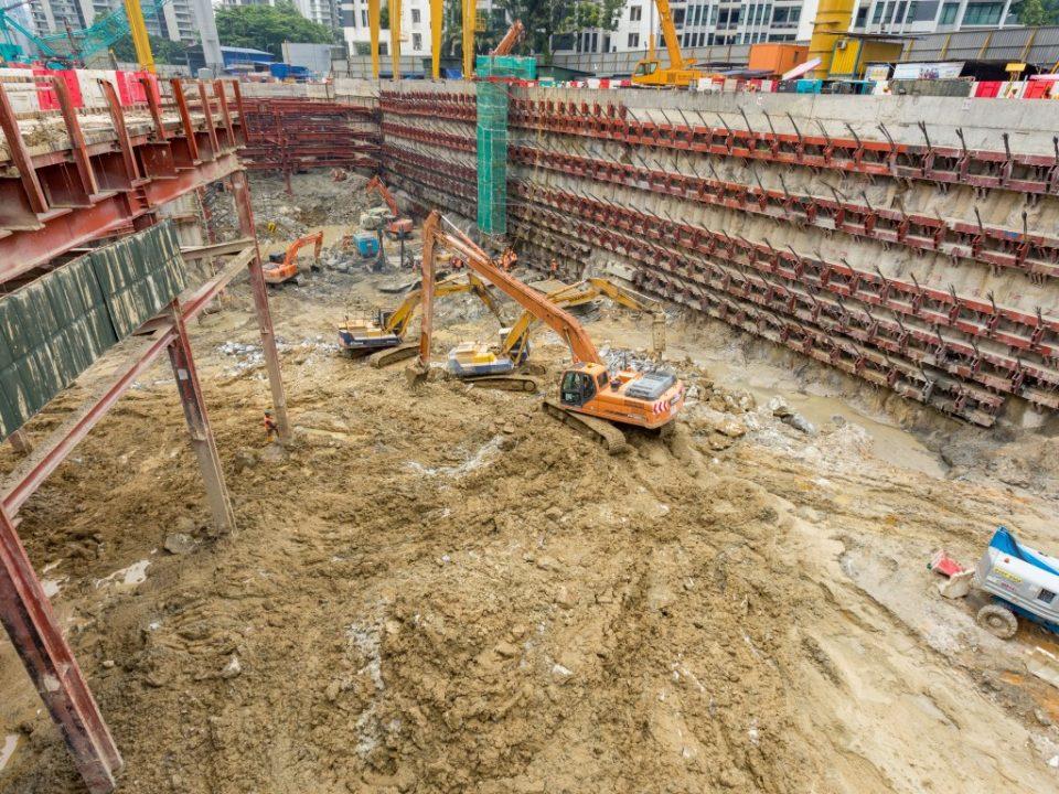 Kerja-kerja pembuangan lumpur dan penggalian utama di tapak Stesen MRT Conlay.