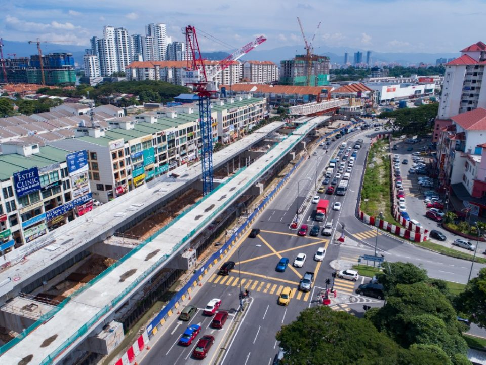 Pembinaan sedang dijalankan bagi rasuk, papak dan tiang untuk aras ruang legar Stesen MRT Metro Prima.