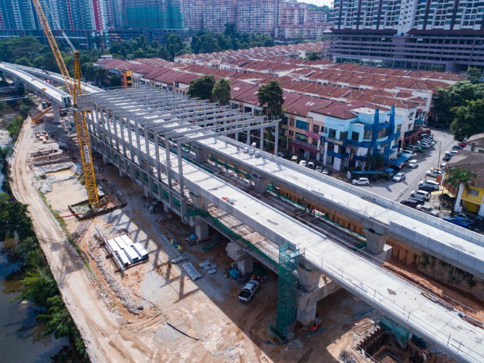 Pandangan udara pemasangan parapet dan keluli binaan untuk bumbung stesen di tapak Stesen MRT Damansara Damai.