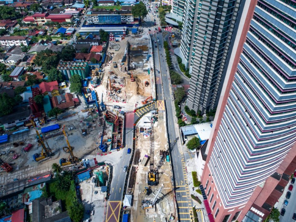 Pandangan dari atas kerja-kerja penggalian yang sedang dijalankan serta pembinaan dinding gegendang di tapak Stesen Kampung Baru Utara.