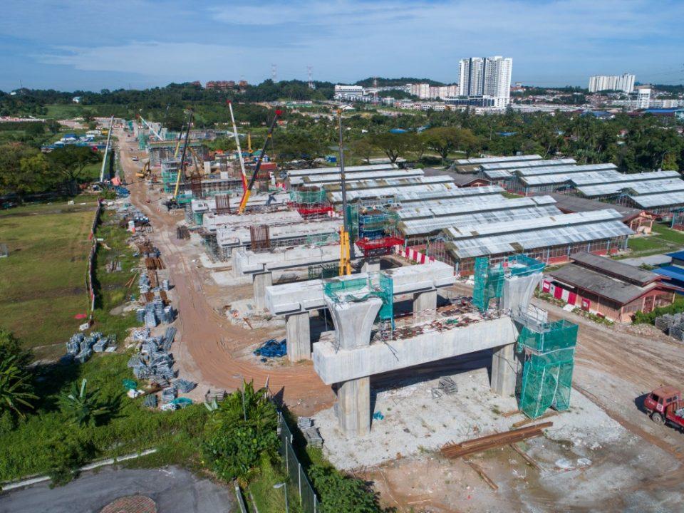 Pembinaan portal stesen di tapak Stesen MRT UPM.