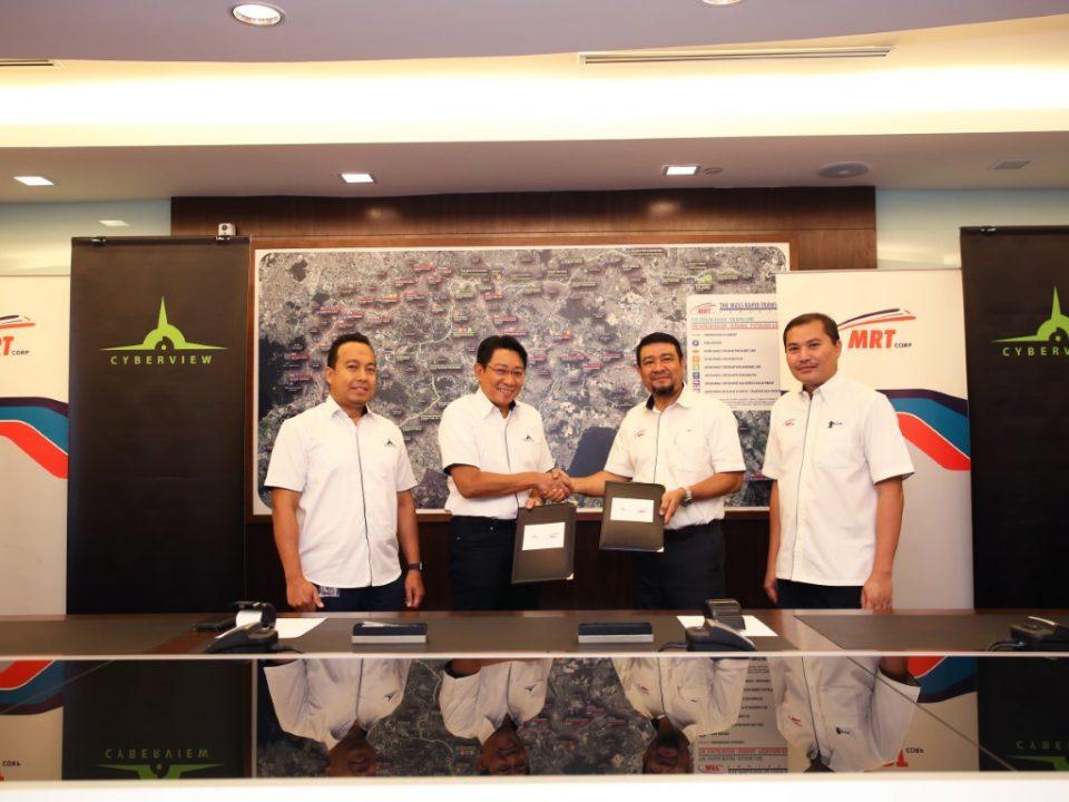 DIMETERAI: Pengarah Urusan Cyberview Sdn Bhd Encik Najib Ibrahim (kedua dari kiri) dan Ketua Pegawai Eksekutif MRT Corp Encik Abdul Yazid Kassim (kedua dari kanan) berjabat tangan setelah menandatangani perjanjian bersama. Bersama mereka adalah Ketua Bahagian Pengurusan Projek Cyberview Sdn Bhd Encik Ahmad Faizul Ramli (kiri) dan Pengarah Projek MRT Corp MRT Laluan Sungai Buloh-Serdang-Putrajaya Dato' Amiruddin Ma'aris (kanan) yang menjadi saksi kepada tanda tangan-tanda tangan masing-masing.