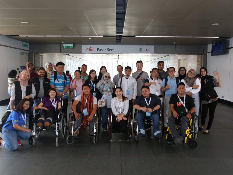 SEBAGAI KENANGAN: Satu gambar berkumpulan untuk memperingati lawatan yang dihadiri oleh para peserta dari kursus Latihan Reka Bentuk Universal dan Aksesibiliti ASEAN University Network - Disability and Public Policy (AUN-DPPnet) di Stesen MRT Pasar Seni.
