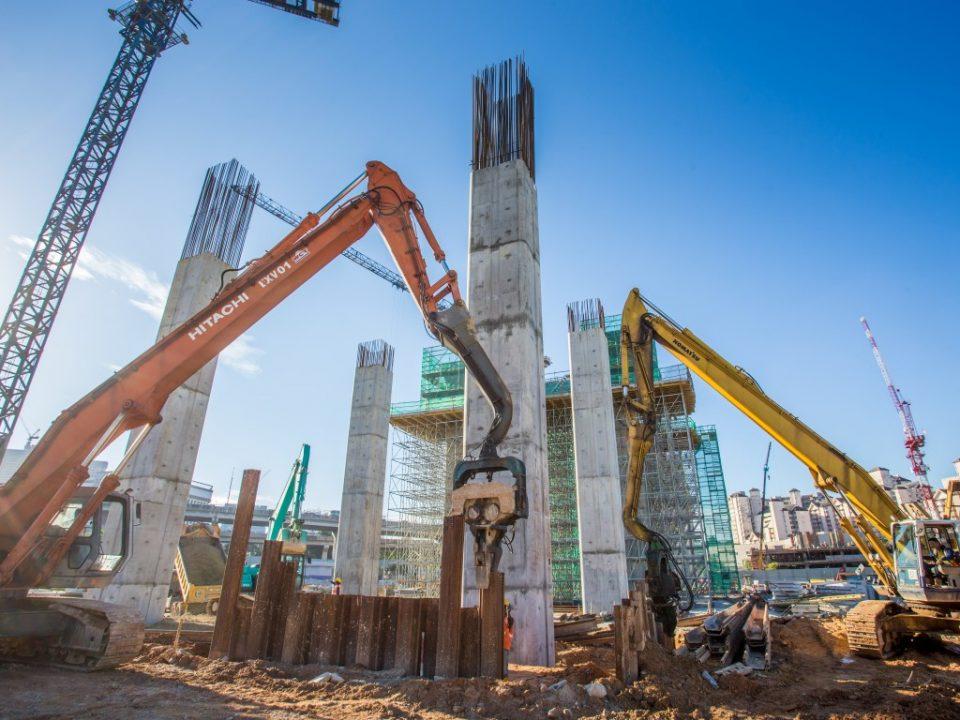 Pandangan kerja-kerja pembinaan sedang berjalan bagi tiang, portal dan kepala tiang di tapak Stesen MRT Kuchai Lama.
