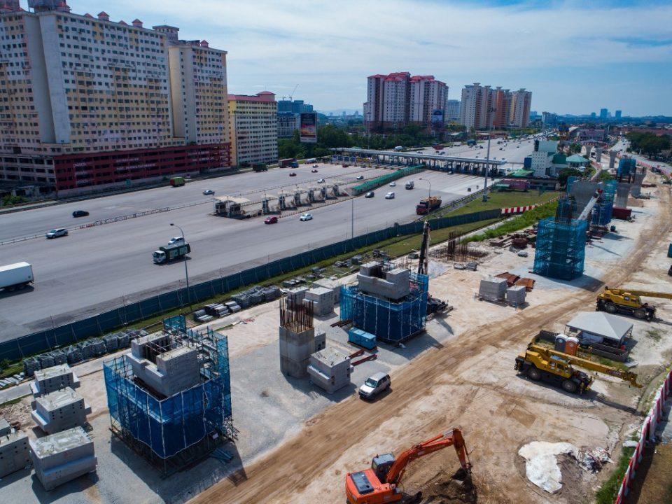 Pandangan kerja-kerja pembinaan cerucuk gerek dan tiang rancak dijalankan di tapak Stesen MRT Serdang Raya Utara.