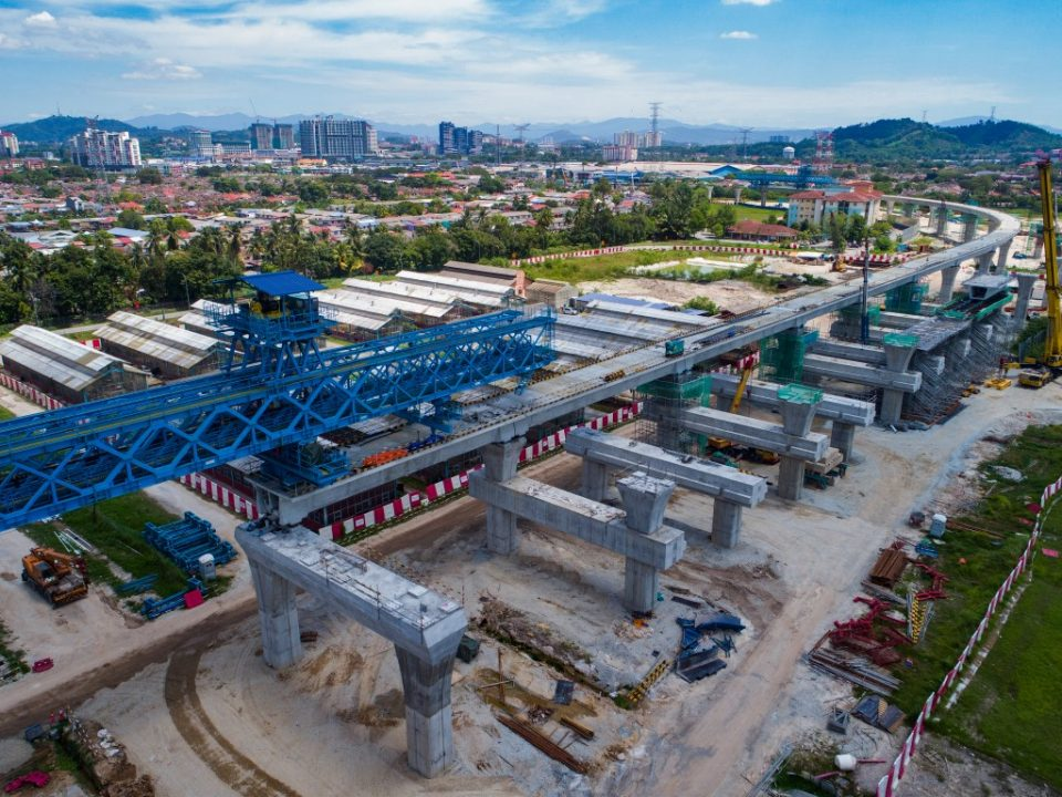 Kerja-kerja pembinaan segmen di landasan gegunting Stesen MRT UPM.