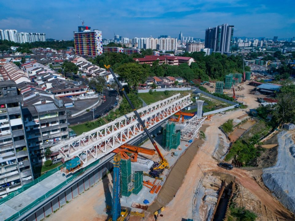 Pandangan udara kerja-kerja sedang dijalankan bagi aras ruang legar stesen dan pelancaran galang kekotak bersegmen di tapak Stesen MRT Taman Naga Emas.