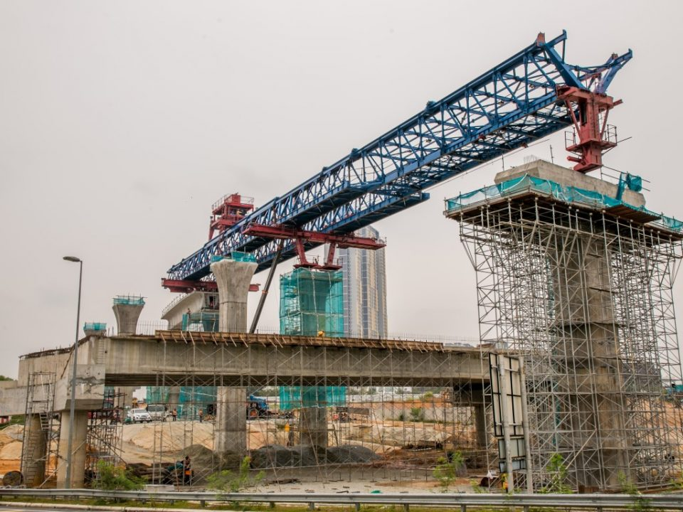 Pandangan Pelancar Gantri bergerak ke hadapan untuk pembinaan Galang Kekotak Bersegmen di tapak Stesen MRT Taman Putra Permai