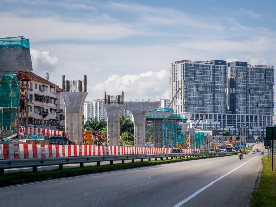 Pembinaan tiang dan pemasangan pratuang berbentuk T berdekatan Stesen MRT Taman Equine.