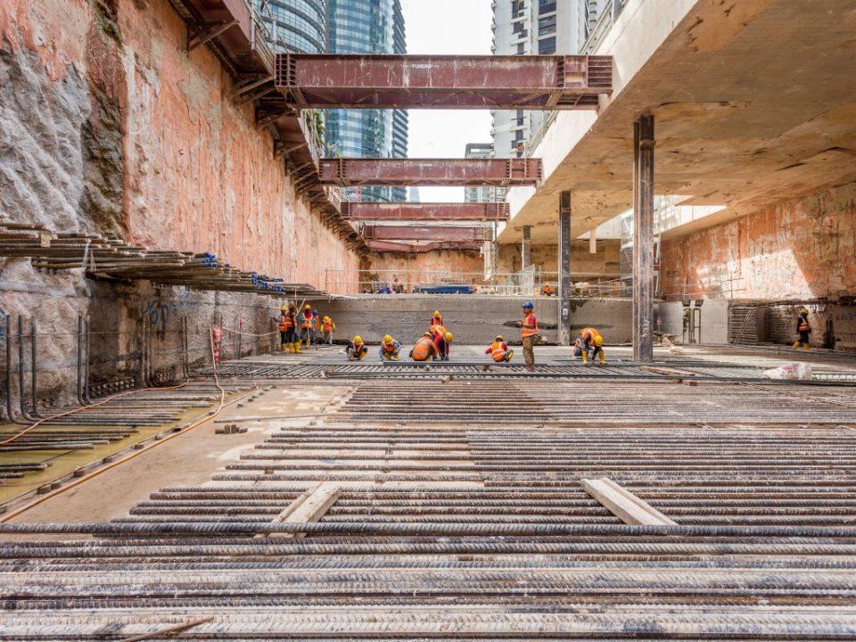 Kerja-kerja pemasangan besi tetulang sedang dijalankan di tapak Stesen MRT KLCC Timur.
