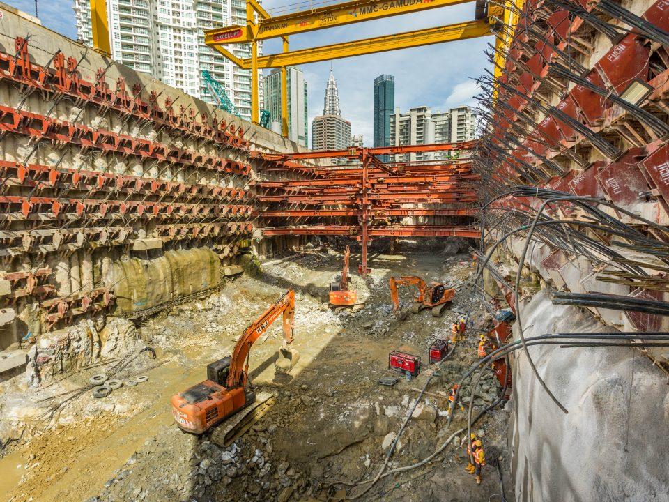 Kerja-kerja tanah sedang dijalankan di tapak Stesen MRT Conlay.