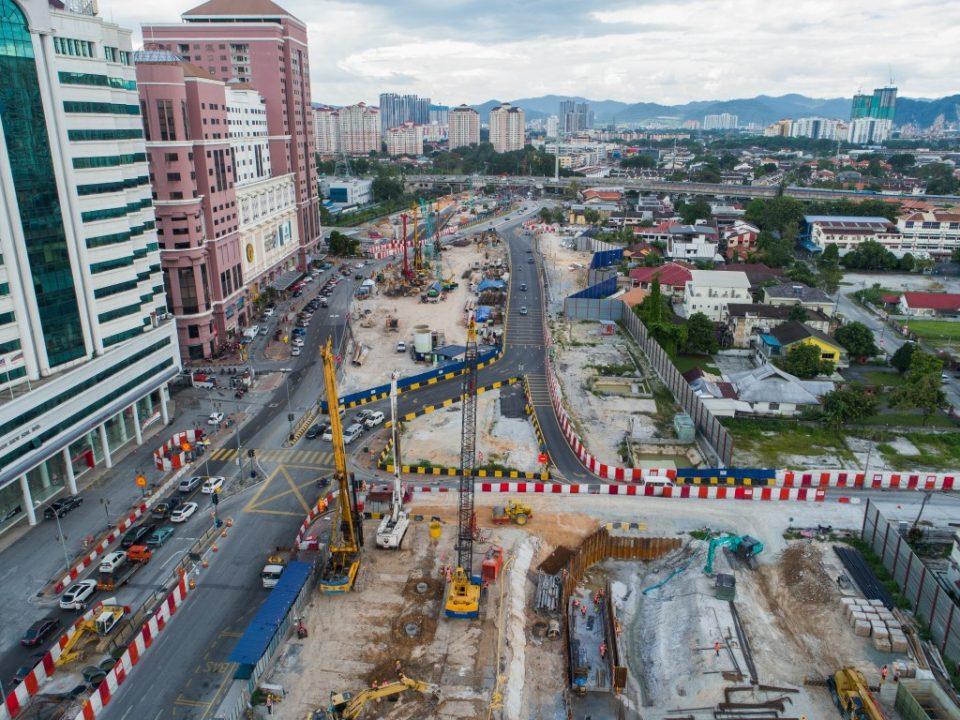 Kerja-kerja cerucuk gerek sekan sedang dijalankan di hadapan Kompleks Mutiara untuk Stesen MRT Jalan Ipoh.